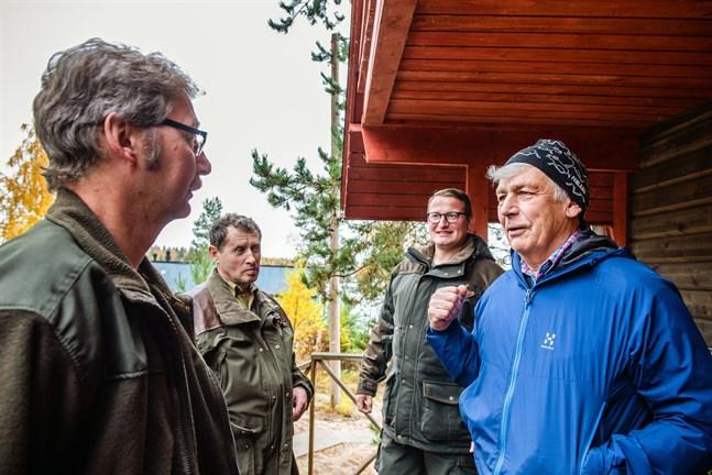 Manfred Kirchner, Falk Wichert och René Kleinschmidt diskuterar de kommande dagarnas älgjakt med  Lars Abbors. För dem är älgjakt mycket mer än att fälla djur. Det handlar minst lika mycket om gemenskap, naturupplevelser och strategiskt tänkande.