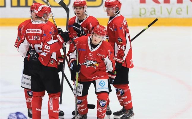 Santeri Haarala, närmast i bild, gjorde sitt första mål för säsongen när A-juniorerna mötte Tappara.