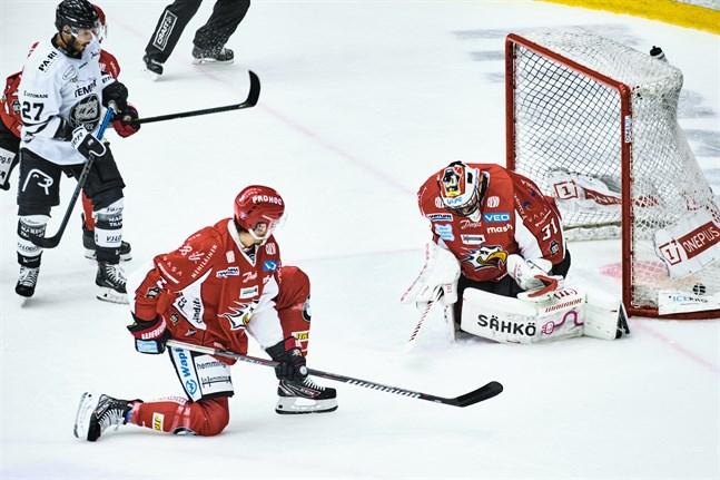 Stefan Steen hade ingen bra dag på Kopparön. På sexton minuter fick han sju skott på sig och släppte in tre. Efter det tredje blev han utbytt.