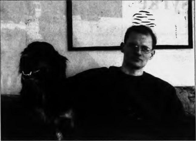 Vesa Tauriainen med hunden Nella i lägenheten i Kråkholmen i mars 1996. Några dagar senare åkte han med Jarotruppen till Marmaris på träningsläger.