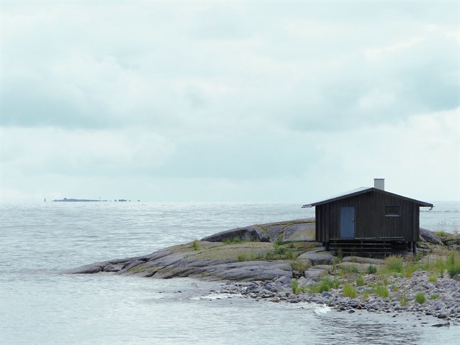 Bilden av en bastu med omgivning på Norrskär ute i Kvarkens skärgård är ett motiv som enligt Björkgren representerar hans utställning.