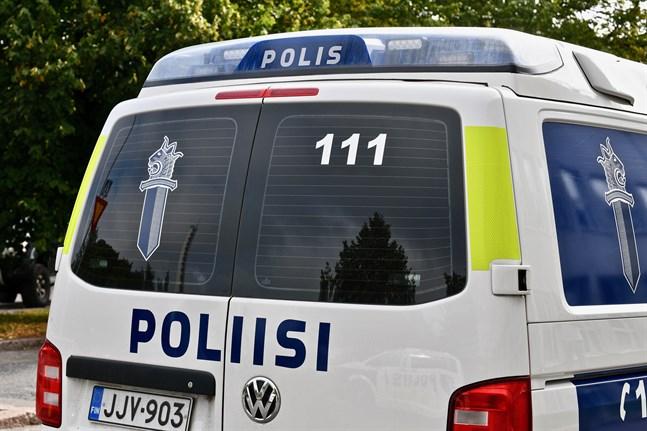 Polisen i Helsingfors blev tvungen att använda elchockvapen då demonstranter försökte hindra polisbilens framfart.