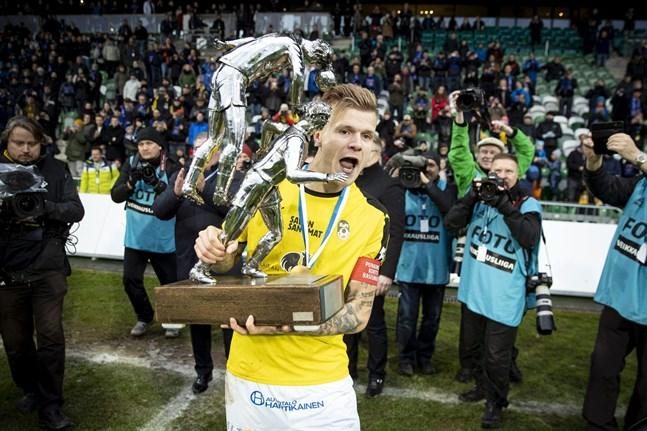"""KuPS-kaptenen Petteri Pennanen hade en färdig plan för hur han och resten av laget ska fira ligaguldet. """"Nu åker vi fort till Kuopio"""", sa Pennanen efter matchen i Åbo."""