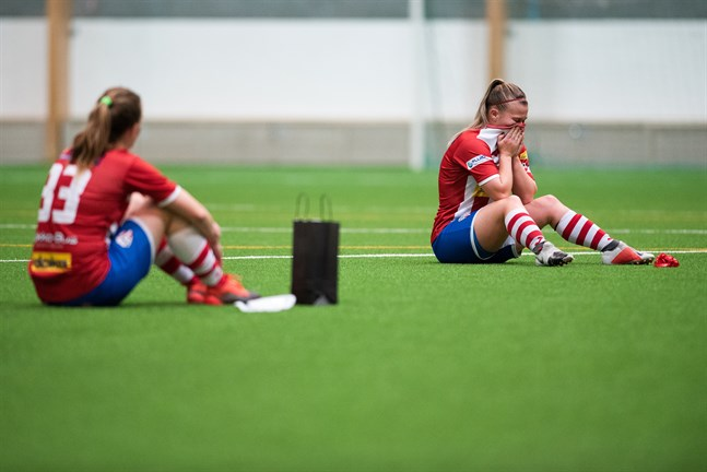 Ida Backman (t.h.) och Sanna Ög, precis som hela GBK, deppade efter lördagens match.
