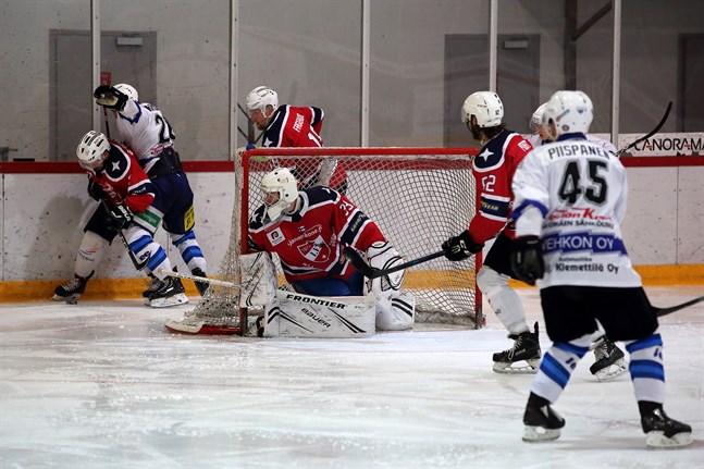 Bakom IFK Lepplax-målet kämpar Fredrik Borgmästars och Jonas Fagerudd om pucken, medan Jesper Portin är på sin vakt framför kassen. Målvakten Charles Grimard antecknades för 57 räddningar.