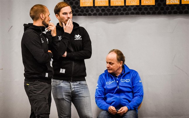 Jori Isomäki (t.v) tar ett kliv tillbaka och Robin Holländer blir ansvarig tränare i Blue Fox. Massören Henry Kallvik i bakgrunden.