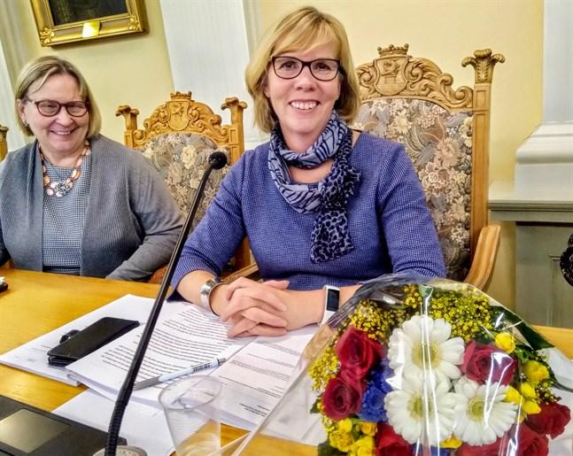 Anna-Maja Henriksson lämnar ordförandeskapet för stadsfullmäktige i Jakobstad med ett visst vemod. Till vänster stadsdirektör Kristina Stenman.