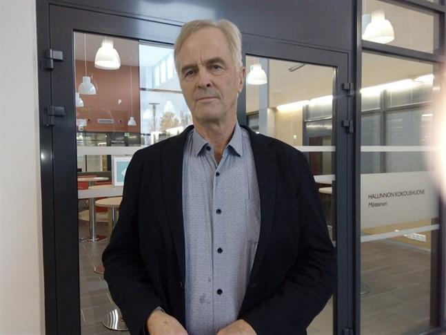 Bengt-Johan Skullbacka accepterar inte de preliminära förslagen som inom tjänstemannakåren skissats upp för Kronoby kommuns del.