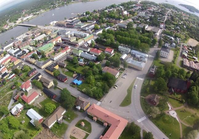 I Kristinestad finns runt 10 000 byggnader som saknas i stadens fastighetsregister, vilket även betyder ett skattebortfall på 270 000–370 000 euro årligen.