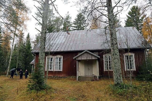 Bönehuset i Nyby är i bra skick trots att det stått oanvänt i flera år. Men det är svårt att upptäcka från vägen – man ska veta exakt vart man ska titta när man kör förbi om man vill få syn på det.