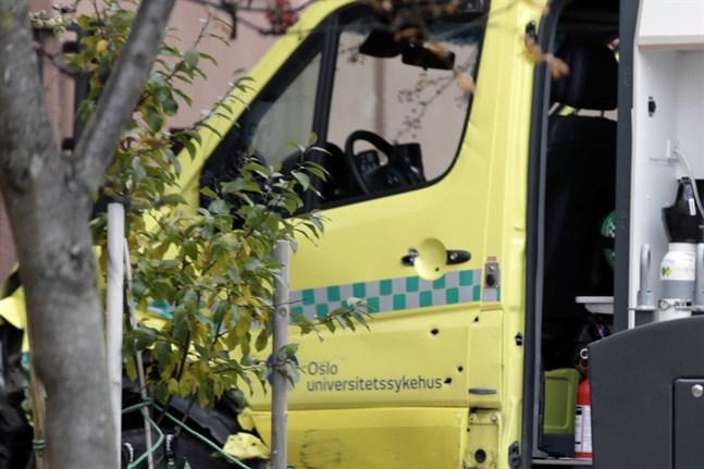 Kulhål kan ses i ambulansens dörrar, efter att polisen avlossade flera skott för att få stopp på den vilda färden.