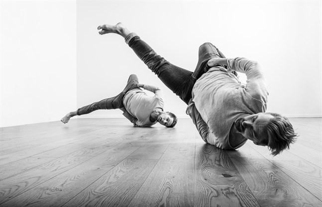 """Antti Lahti och Mikko Makkonen kombinerarnutidsdans och gatudans i sitt verk """"Hybrid Momentum"""" som inleder festivalen Österbotten dansar."""