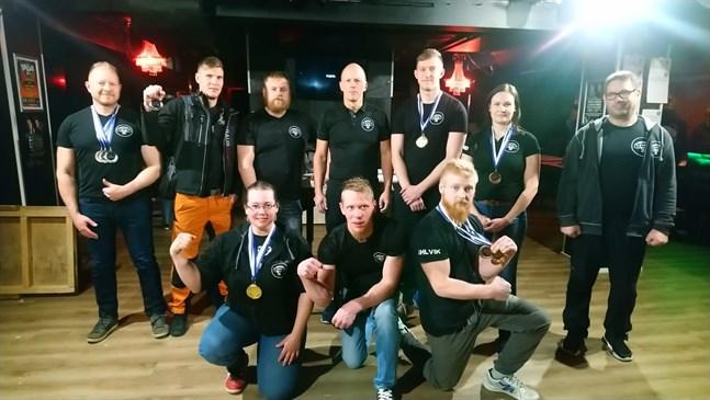 Armsport Esse var i farten i Seinäjoki i helgen. Här är gänget, övre raden från vänster: Andrej Lindqvist, Jonatan Sandbacka, Frank Granqvist, Mika Forsén, Niklas Fagerudd, Ida Wiklund, Esa Pouttu, Anne Söderlund, Anders Sandbacka, Simon Ahlvik