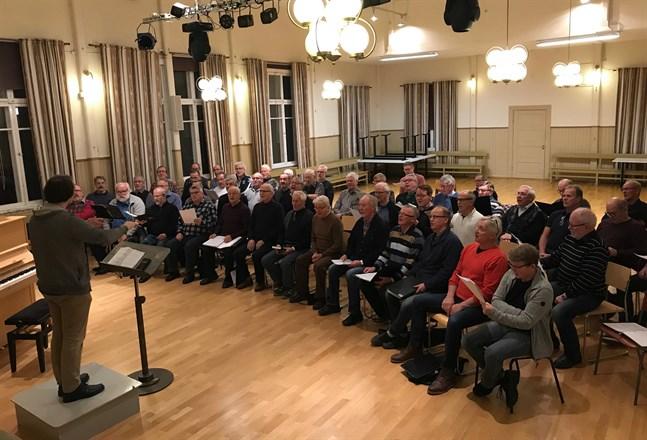 År 2019 uppträdde tre manskörer tillsammans i en konsert – Gamlakarleby, Kronoby och Terjärv. På bilden övar sångarna inför konserten. Frågan är om en sammanslagen kör i nejden är räddningen.