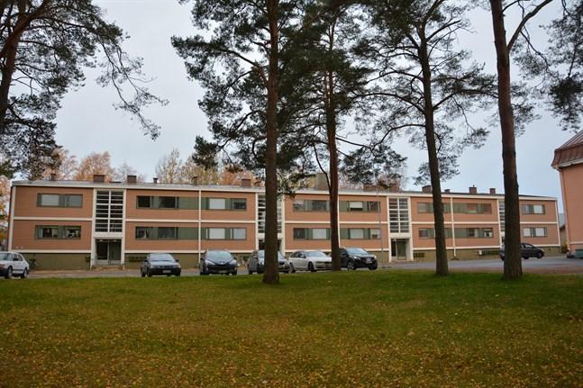 Kaskö stad sålde hyreshuset Kaskö hus vid Bladhska vägen för 140 000 euro. Det finns 20 bostäder i huset. Nu har två rättelseyrkanden inlämnats mot försäljningen.