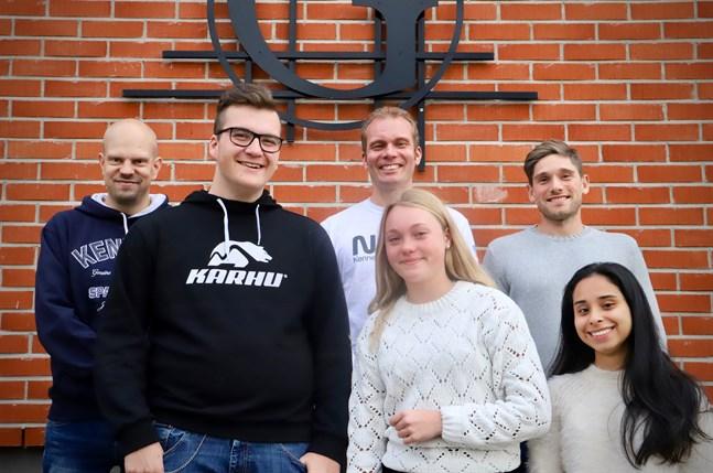 Oskar Björkholm, Elsa Moliis och Nikol Espinel har bekantat sig med rymdforskning inom flera skolämnen. Anton Lindholm, Henrik Smulter och André Forsman (raden längst bak) är lärartrion som ligger bakom Apolloprojektet i Petalax.