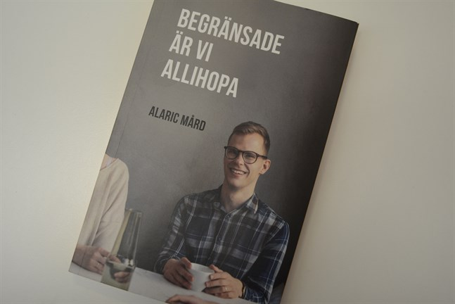 Med en stor portion humor skriver Alaric Mård om hur det är att leva med en funktionsnedsättning.