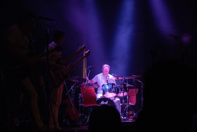 Trummisen Jere Lahtis namn blir Göran Wiik på svenska – därav bandets namn Göran Wiik Orchestra.