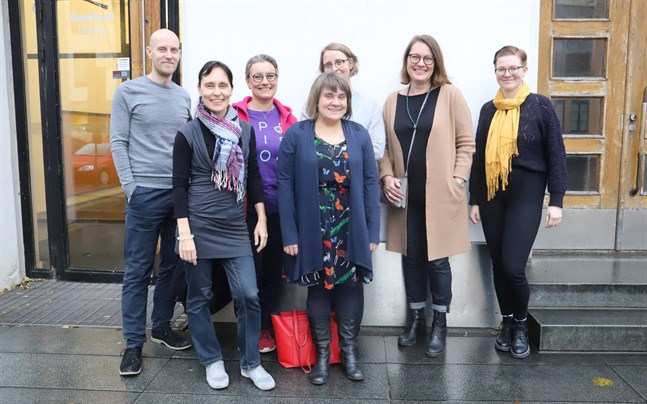 Svenska veckan ordnas tack vare ett lyckat mellan många olika aktörer. (F.h.) Jan Fröjdö, Marika Boström, Sannasirkku Autio, Annina Ylikoski, Sonja Backlund, Ann-Maj Björkell-Hol, Jessica Gröning.