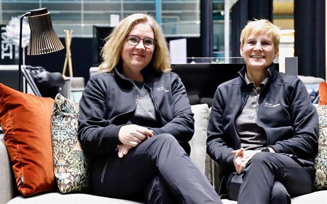 Ann-Christine Ström och Pia Komsi provsitter en av KK möblers soffor.