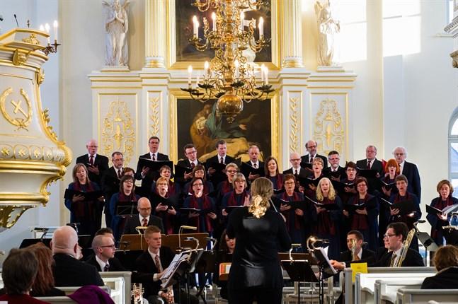 Dirigenten Susanne Westerlund leder sångarna i Psallitekören. Bilden är tagen på en konsert hösten 2019 tillsammans med Korsholms kammarorkester.