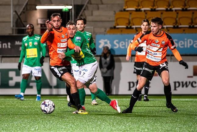 Juri Kinnunen kör in i Albijon Muzaci. Joakim Latonen (till höger), Tatu Varmanen, Sebastian Mannström och Ishmael Yartey i bakgrunden när hans dåvarande klubb KPV förlorade mot TPS i ligakvalet i höstas.