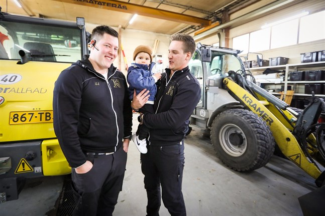 Adrian, i famnen, tycker att det är spännande att få tillbringa tid på pappa Benjamins och farbror Sebastians arbetsplats i Sunnanvik.