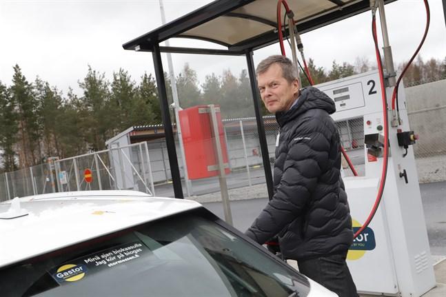 Leif Åkers tankar sin bil på gasmacken vid Stormossen.
