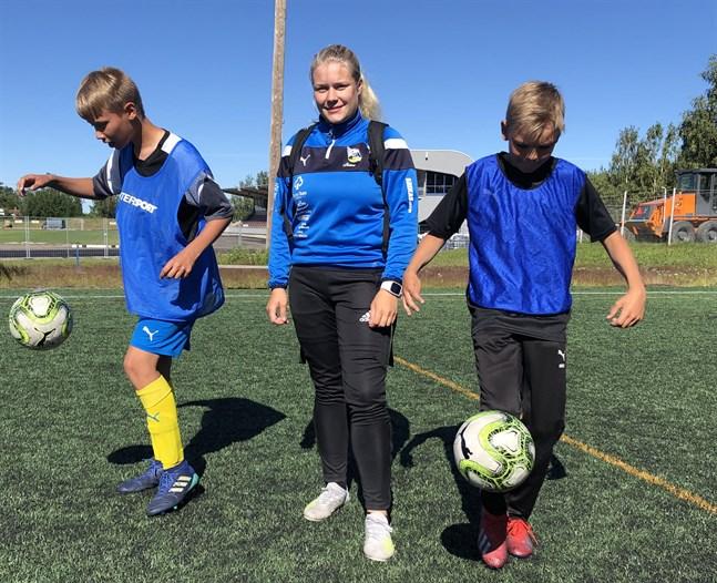 Julina Lillandt, som också basade för Krafts fotbollsskola i somras, valdes till damlagets bästa spelare.