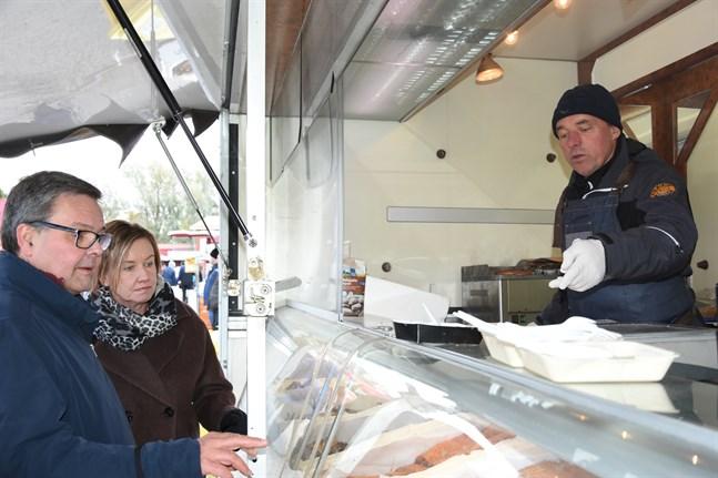 Fiskodlaren Kjell Råtts sålde fisk till Anders och Ann-Katrin Norrback på strömmingsmarknaden i Kaskö 2019.
