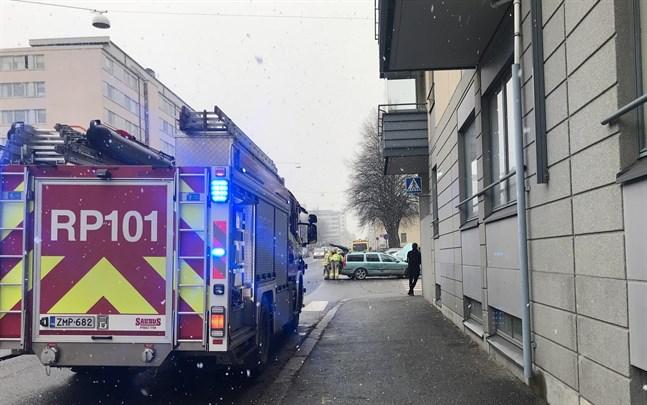 Olyckan inträffade i eftermiddagsrusningen och trafiken grötade till sig vid olycksplatsen.