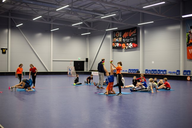 Intresset för idrottsklasser var så stort att eleverna delades in i två klasser i Korsholms högstadium. Eleverna har gymnastik 6 timmar i veckan med morgonträningar tisdagar och torsdagar.