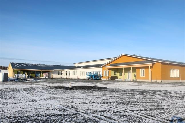 Den nya skolan i Nedervetil överlåts till kommunen den 21 augusti, men eleverna flyttar in först i oktober.