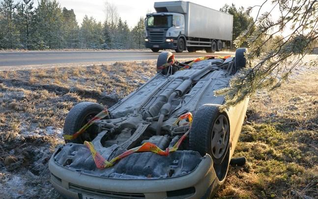 En bil körde av vägen på Strandvägen i Nämpnäs på tisdagskvällen. Den låg fortfarande kvar på onsdagsmorgonen.