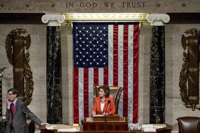 Representanthusets talman Nancy Pelosi klubbar igenom beslutet att gå in i nästa fas i en process som kan ställa president Donald Trump inför riksrätt.