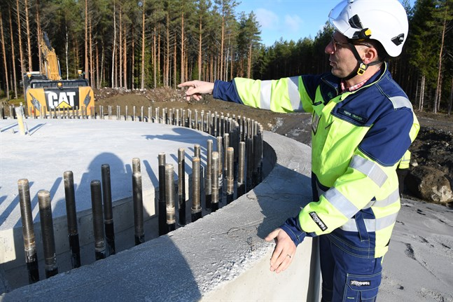 Kalax vindkraftspark håller tidtabellen – alla 21 fundamenten gjutna, berättar Hans Vadbäck, projektutvecklingschef på Fortum. Fortum ansvarar för bygget trots att merparten av projektet sålts till ett schweiziskt bolag. Den affären berör inte de andra tre projekten som Fortum har på gång i Sydösterbotten.