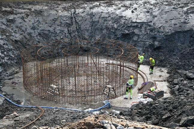 Här pusslar man ihop armeringsjärnen till ett bergsförankrat fundament på Kalax vindkraftspark – ett projekt där Fortum sålde majoriteten till ett investeringsbolag. Nu börjar Fortum planera vindkraft på Bredåsen-området.