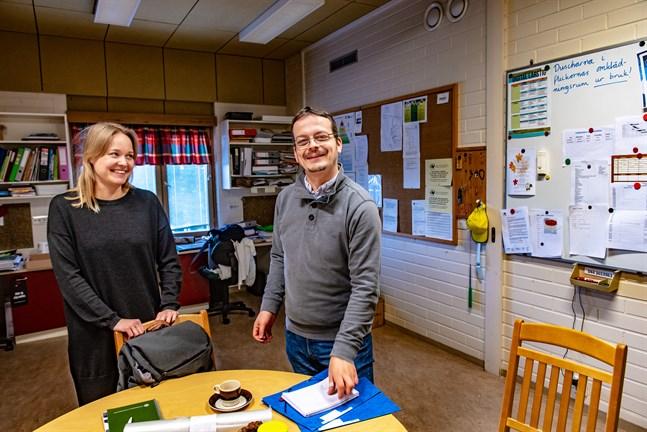 Forskarna Tuuli From från Helsingfors universitet och Tamás Péter Szabó från Jyväskylä universitet är båda intresserade av hur mångspråkighet ska tas tillvara i skolvärlden. I Edsevöskolorna har man lyckats hitta många synergieffekter, enligt forskarna.