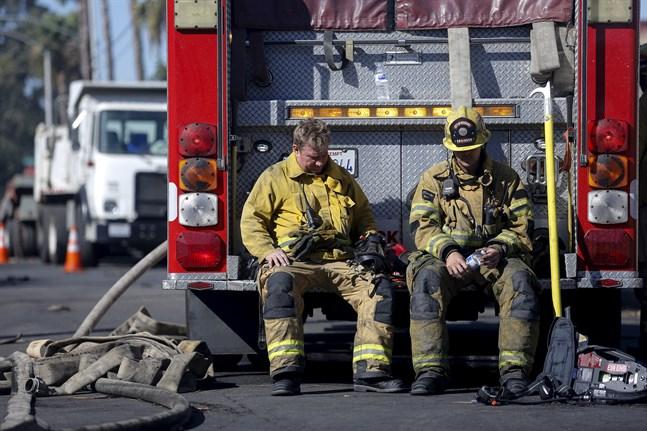 Brandbekämpare tar en paus i Riverside på torsdagen.