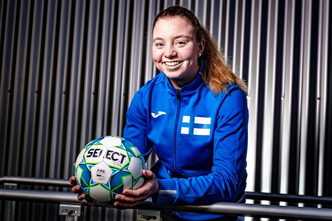 19-åriga Emma Hagberg från Bennäs är den enda österbottningen i futsallandslaget för döva.