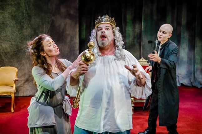 Jari Hietanen spelar kung Berenger som vägrar inse att slutet nalkas – både för honom och för hans rike. På bilden syns också Jenny Malmberg och Topi Kohonen.