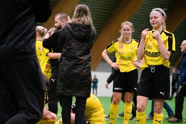 Den PeFF-fostrade unga duon Tilde Hellund (till höger) och Amanda Kass var otröstliga efter matchen.