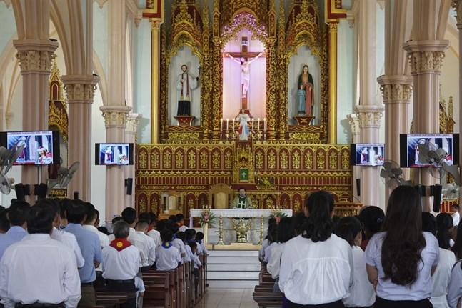 Vietnam sörjer offren i lastbilstragedin. På bilden en katolsk sorgemässa i provinsen Nghe An den 27 oktober.