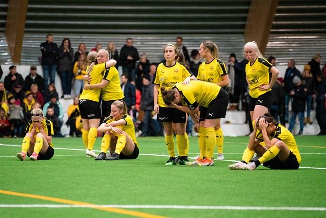 Myranspelarna är otröstliga efter att PK-35 knep ligaplatsen. Från vänster Tilde Hellund, Janni Laakso, Rebecca Dahl, Amanda Kass, Chelsy Swackhamer, Sofia Matikainen, Annika Grundvall, Fanny Lindholm och Sabina Wallis.