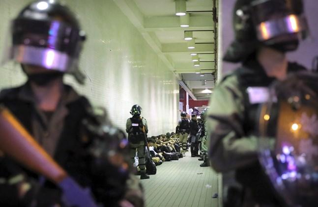 Kravallpolis bevakar gripna vid lördagens protester.