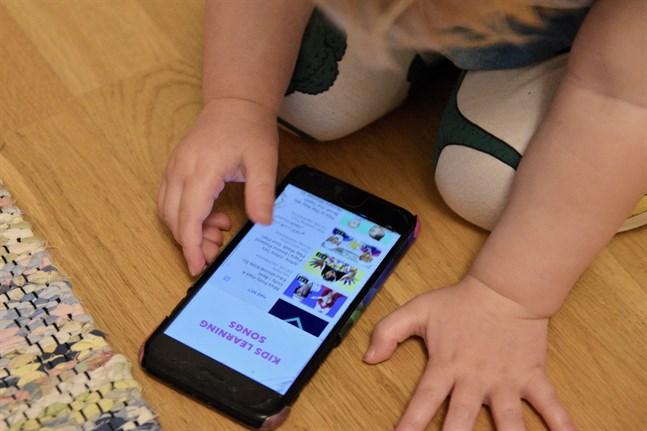 Personer under 13 år får endast använda sociala medier och andra liknande applikationer med föräldrarnas tillåtelse.