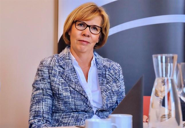 Justitieminister Anna-Maja Henriksson (SFP) är beredd att ge statsminister Antti Rinne en andra chans efter turerna kring postkonflikten.