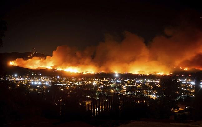 Den så kallade Mariabranden strax utanför Santa Paula i en bild från i torsdags.