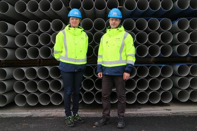Leena Kinaret och Thomas Pettersson framför rör som står redo att skeppas ut till kunderna. En förändring i branschen är att kunderna förväntar sig betydligt kortare leveranstider i dag än tidigare, oftast endast ett par veckor.