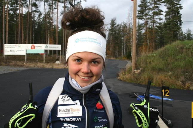 Heidi Kuuttinen utmanade världscupåkare i säsongsdebuten i skidskytte.